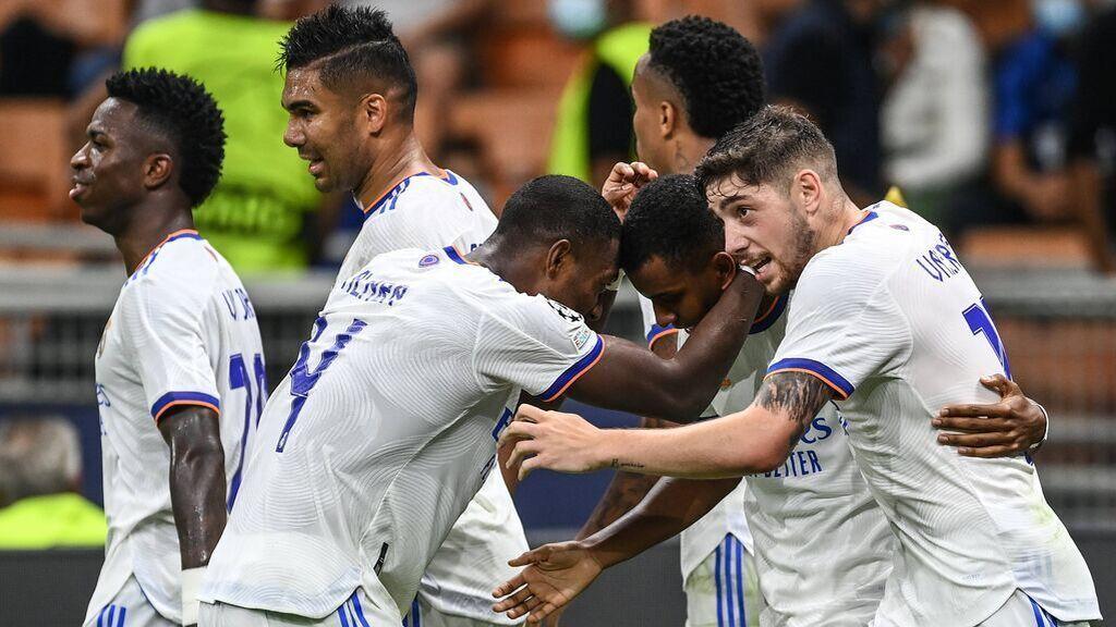 Los jugadores del Madrid celebran el gol de Rodrygo en Milán.