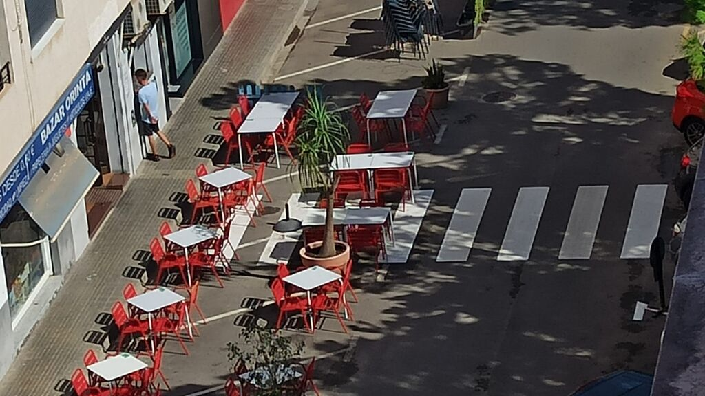 Colocan un paso de cebra en medio de la terraza de un bar en Catarroja