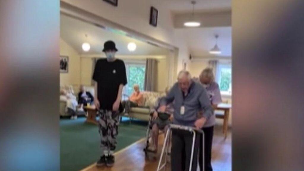 La música, la mejor terapia: un joven con autismo enseña a bailar hip hop a un anciano de 101 años