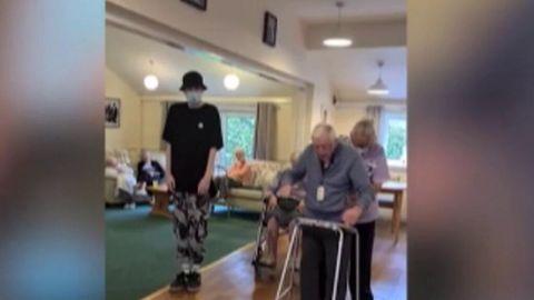 """Joven con autismo le enseña a bailar """"hip hop"""" a un anciano de 101 años"""