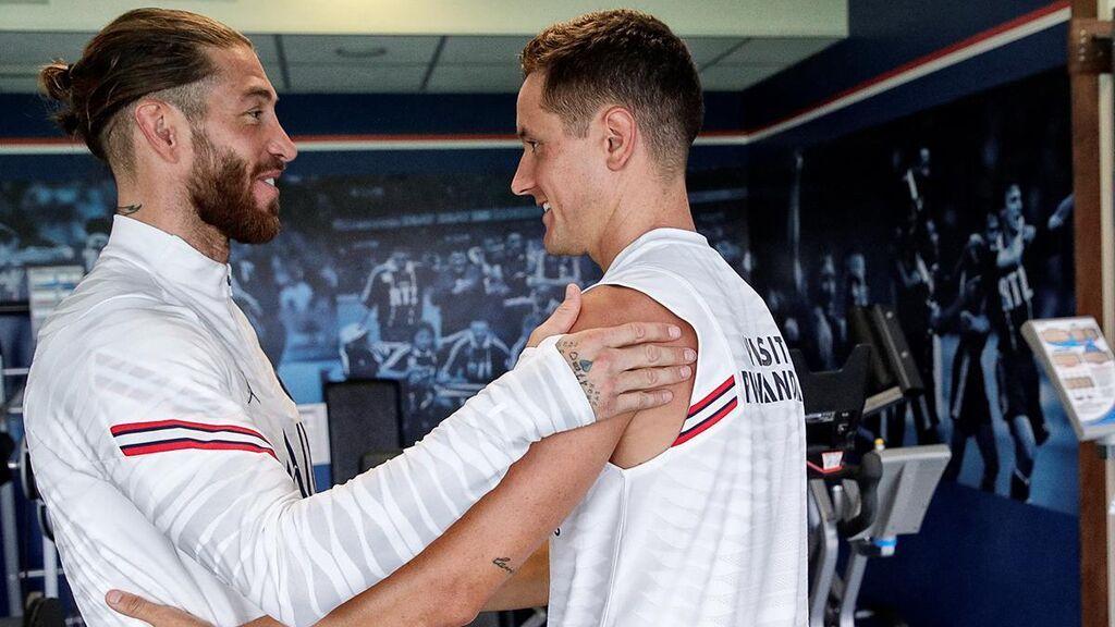 Sergio Ramos y Ander Herrera se saludan en la ciudad deportiva del PSG.