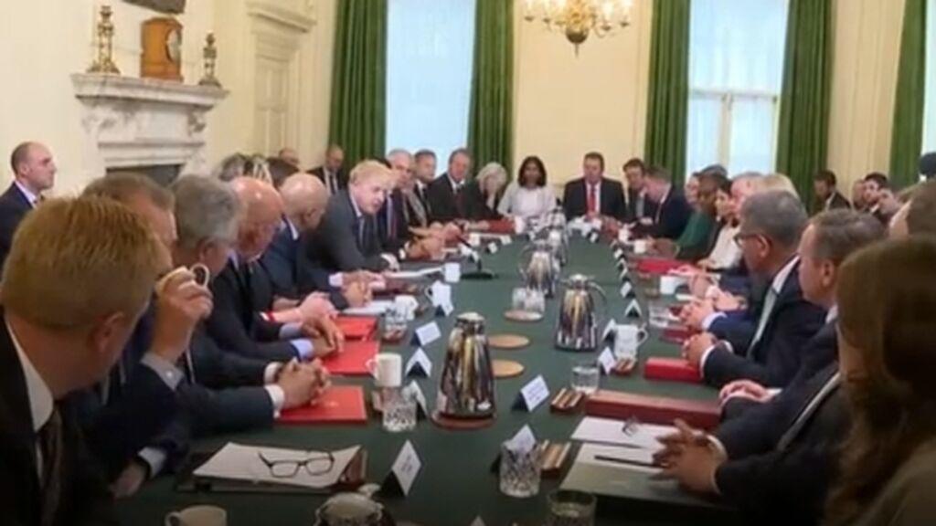 Apretujados y sin mascarilla en Downing Street