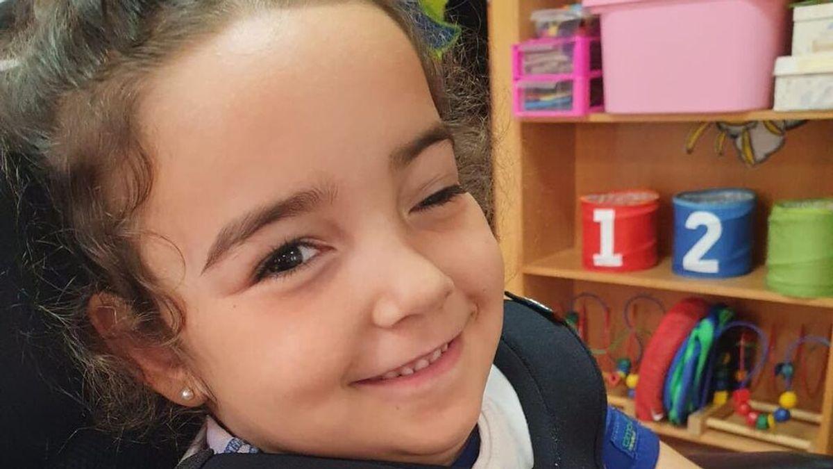 El primer día de cole de Alba, la niña sirena de Puerto Real