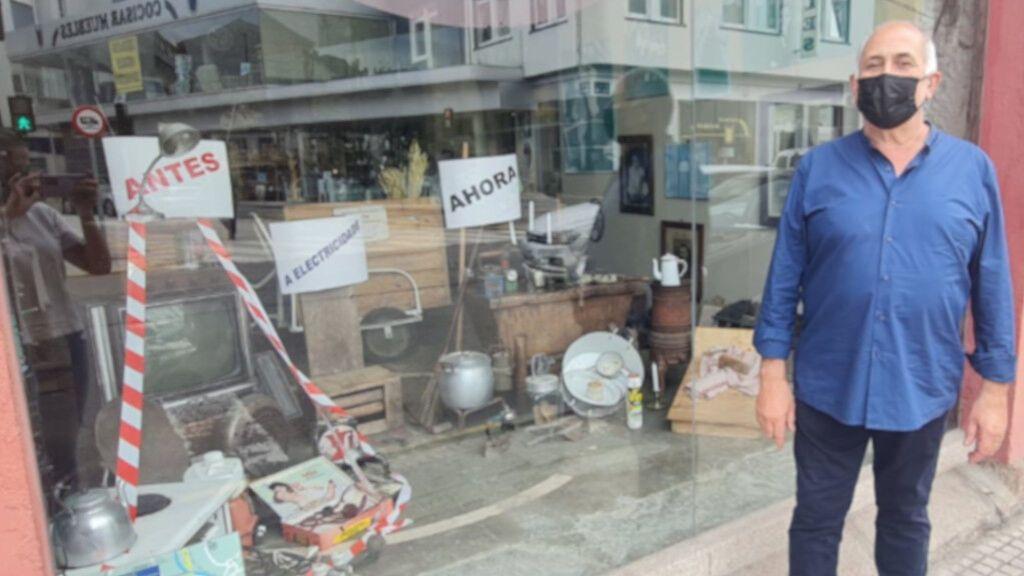 Molinillos, planchas de hierro y tablas para lavar: el 'escaparate-denuncia' de una panadería contra la subida de la luz
