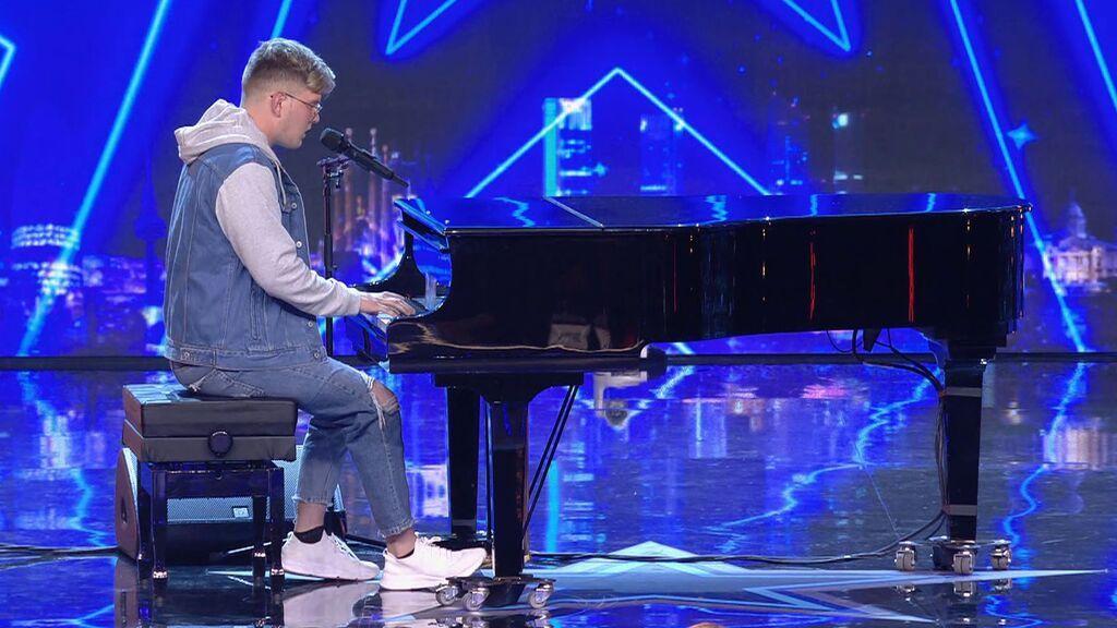 Fredrik Strand canta al piano un tema propio