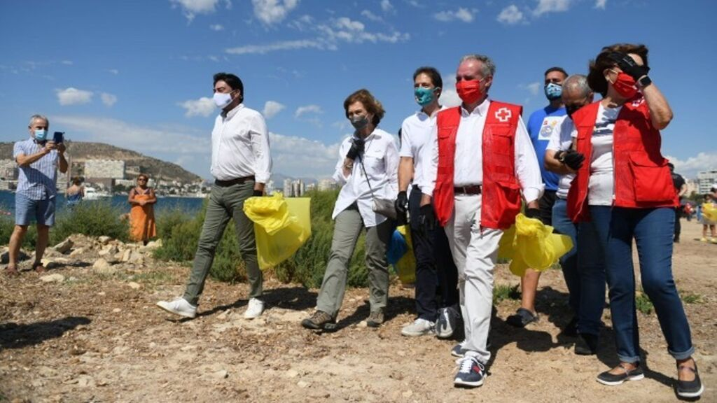La Reina Sofía participa en una limpieza de la playa de la Almadraba (Alicante) por el World Clean Up Day