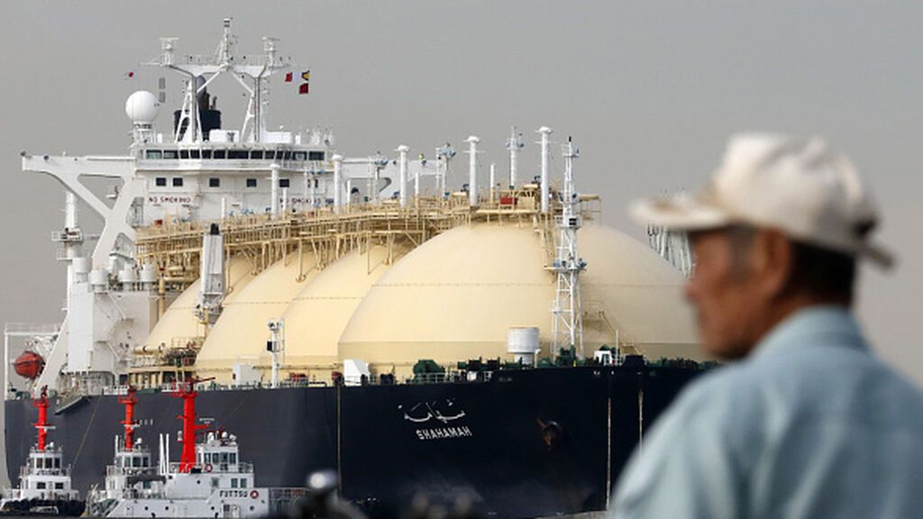 Barco metanero descargando gas natural licuado (GNL) en Japón