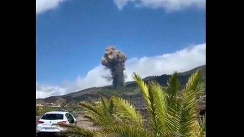 Las espectaculares imágenes del momento en el que el volcán de Cumbre Vieja entra en erupción en La Palma