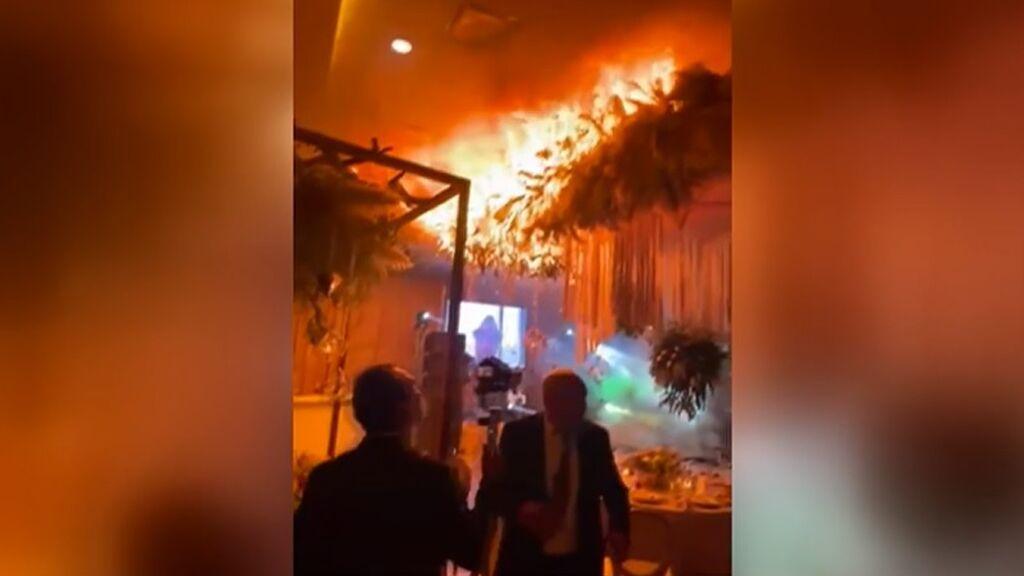 Pánico entre los invitados de una boda después de que la pirotecnia causara un incendio en el baile nupcial