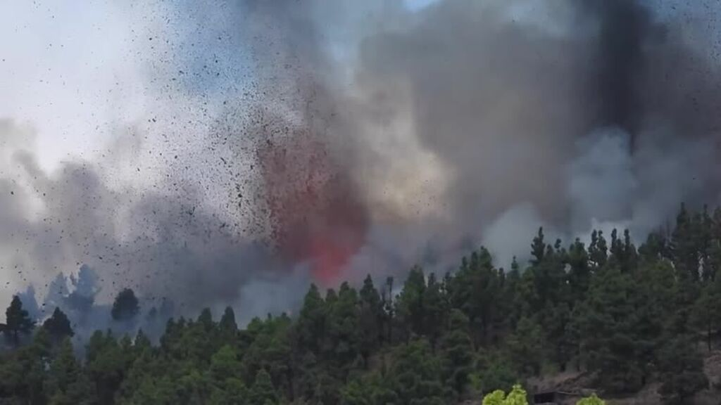 Una nueva explosión abre una quinta boca en el volcán de La Palma
