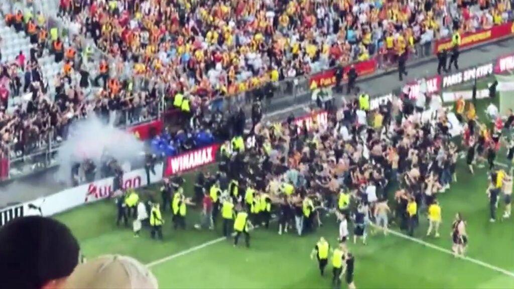 Los ultras del Lens provocan la vergüenza del fútbol francés: la batalla campal con los aficionados del Lille
