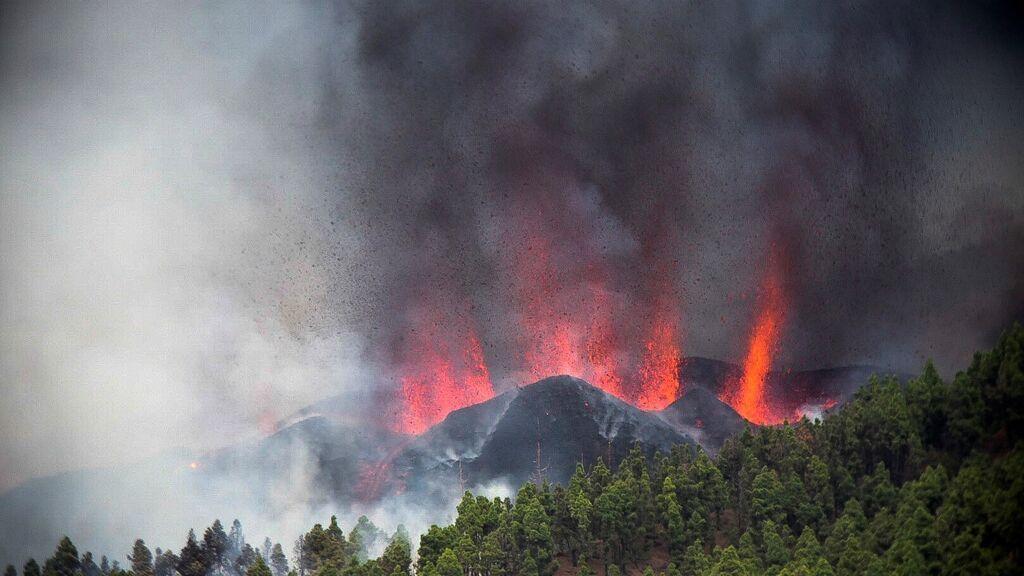 El volcán de La Palma comienza a expulsar lava y deja una columna de humo negro