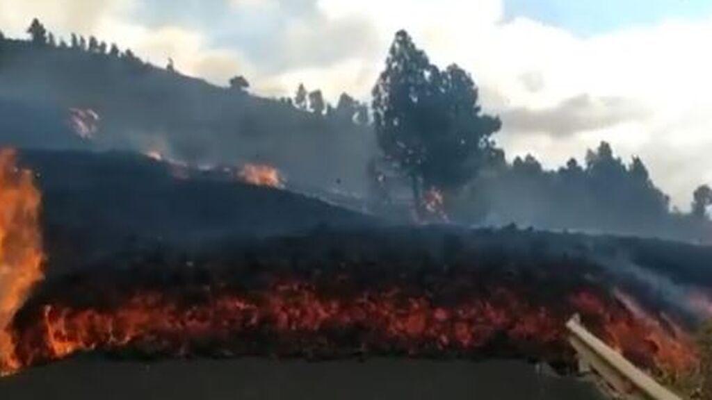 La espectacular y gigantesca lengua de lava que invade la carretera en La Palma tras la erupción
