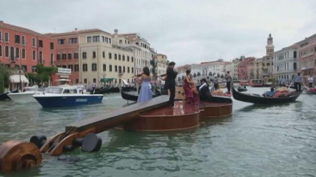 Un violín gigante navega por los canales de Venecia