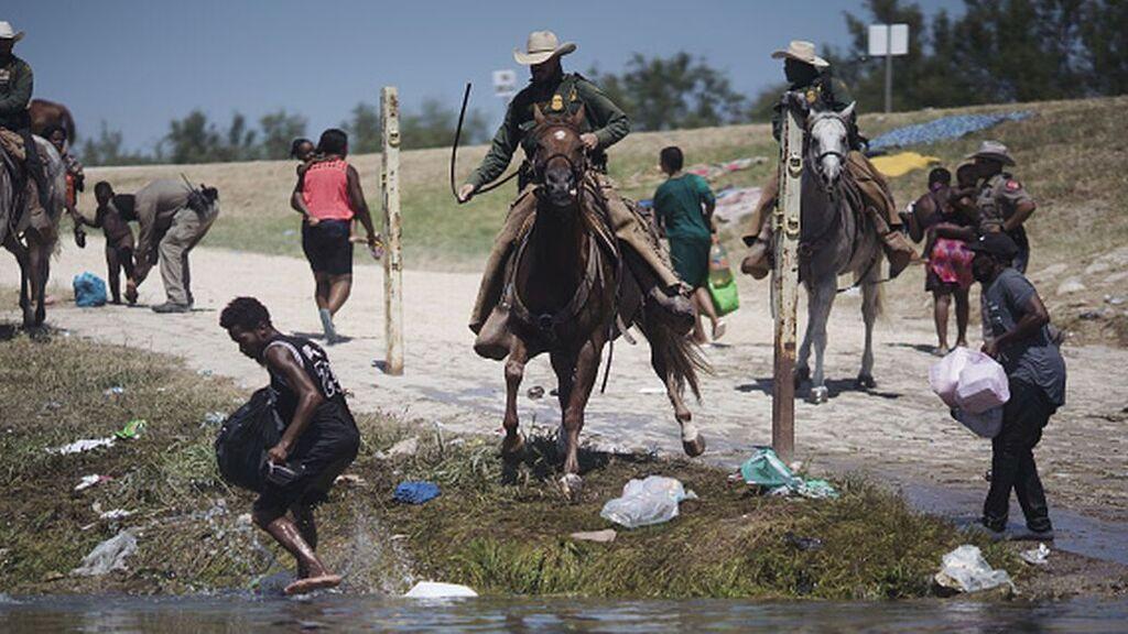 Biden empieza la deportación masiva de los migrantes haitianos varados en Texas