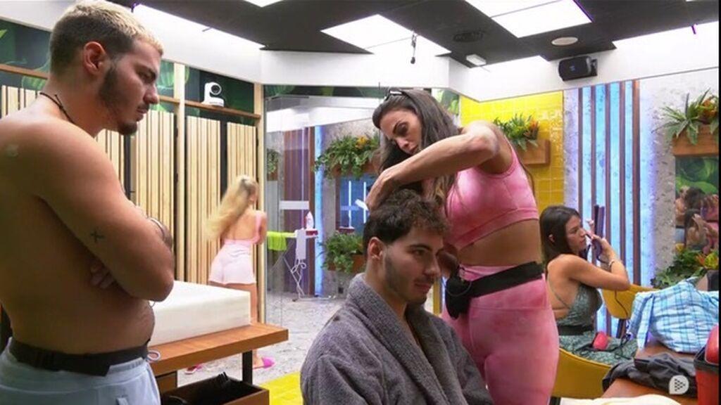 Cynthia le corta el pelo a Jesús