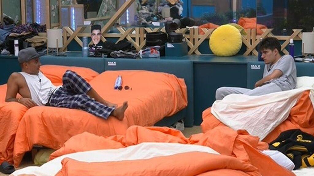 Luis y Julen hablan en la habitación