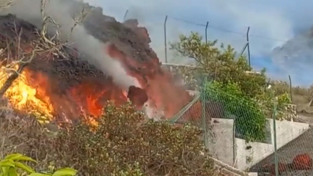 Así engulle las casas la lava del volcán de La Palma