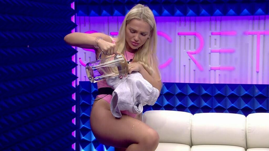 Emmy se quita los pantalones en directo para esconder la oveja y poder conseguir la prueba
