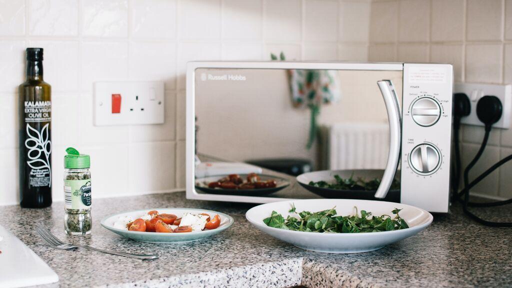 Así puedes descongelar de forma segura los alimentos en el microondas.