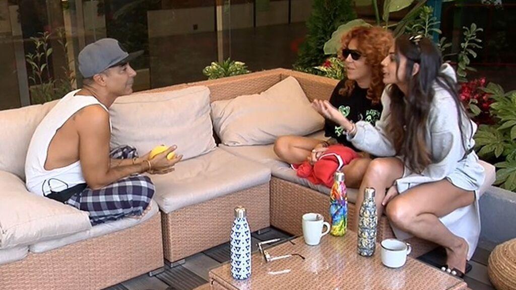 Luis, Sofía y Cynthia hablan en el jardín