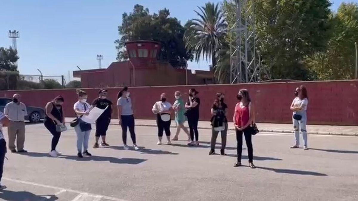 """Protestas de familiares de presos en la cárcel Puerto 2 de Cádiz: """"Es inhumano"""""""