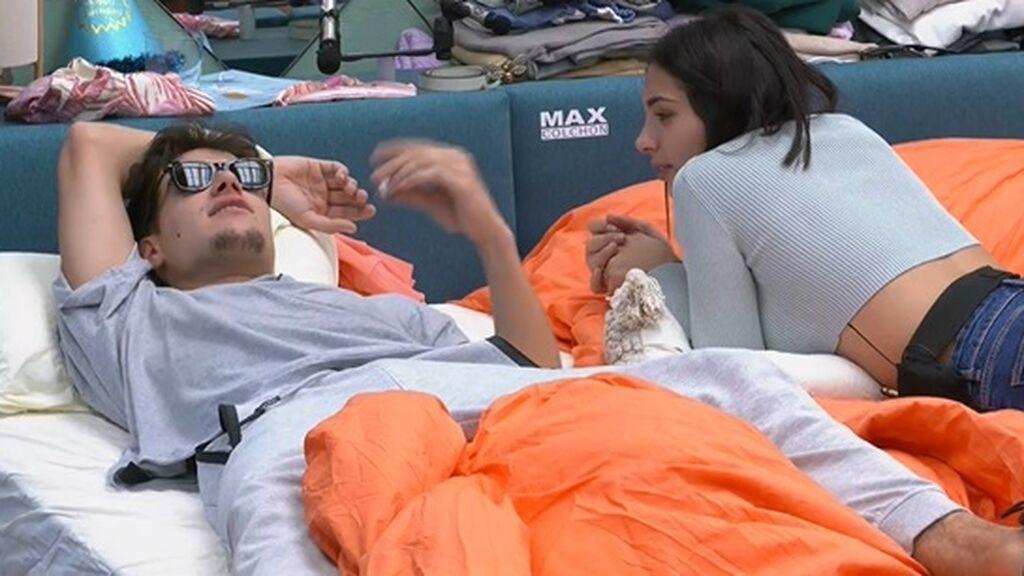 Sandra y Julen hablan en la habitación