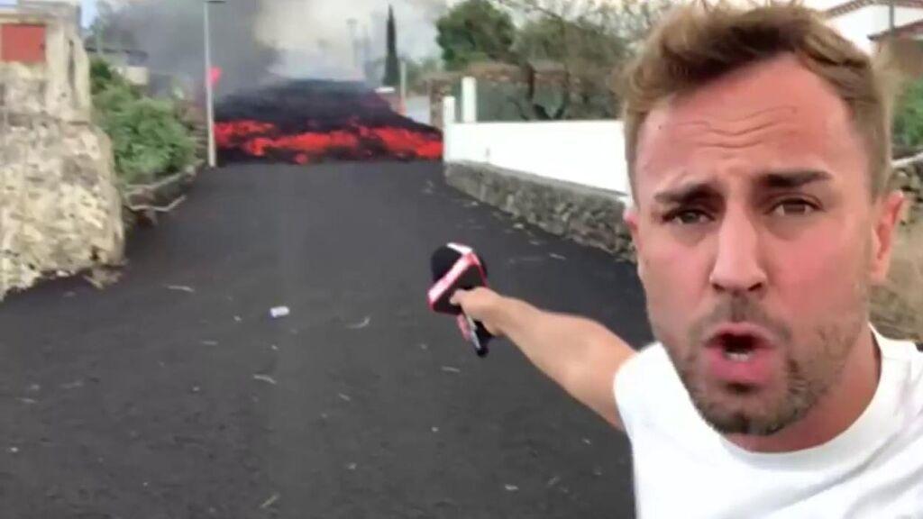 Reportero de Mediaset, a 10 metro de la lava