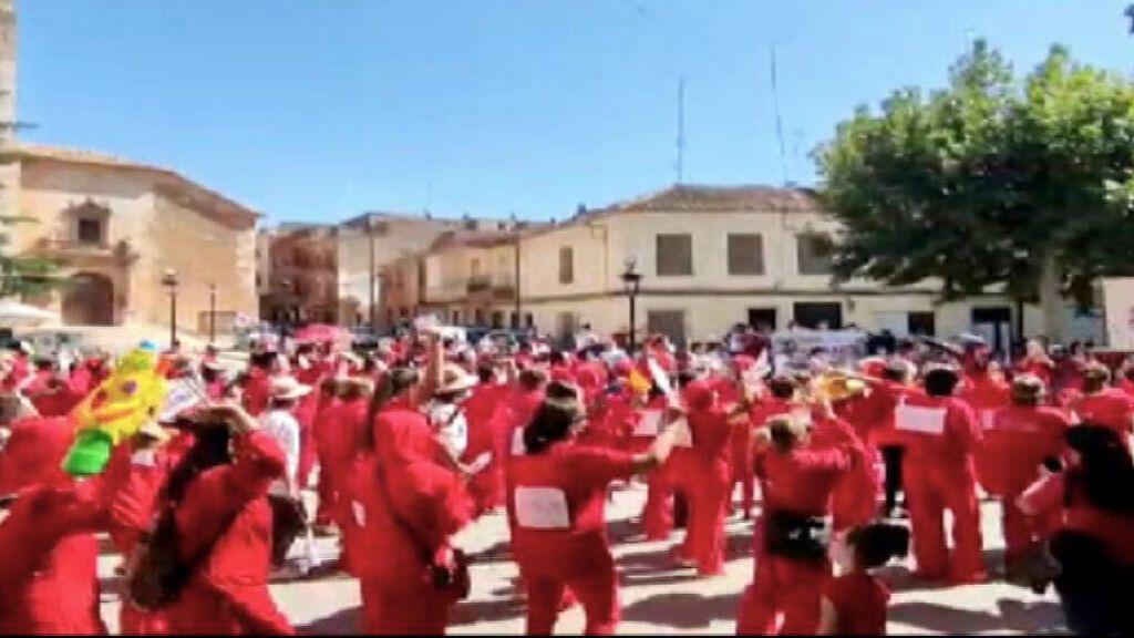 El flashmob de Quintanar del Rey para protestar por la macrogranja de cerdos