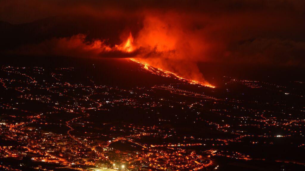 Ocho bocas, lava a 1.075 ºC.: La erupción del volcán en La Palma obliga a evacuar a miles de personas