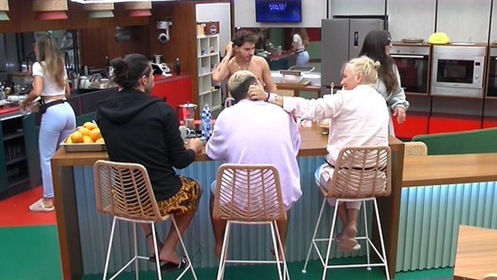 Los concursantes hablan tranquilamente en la cocina
