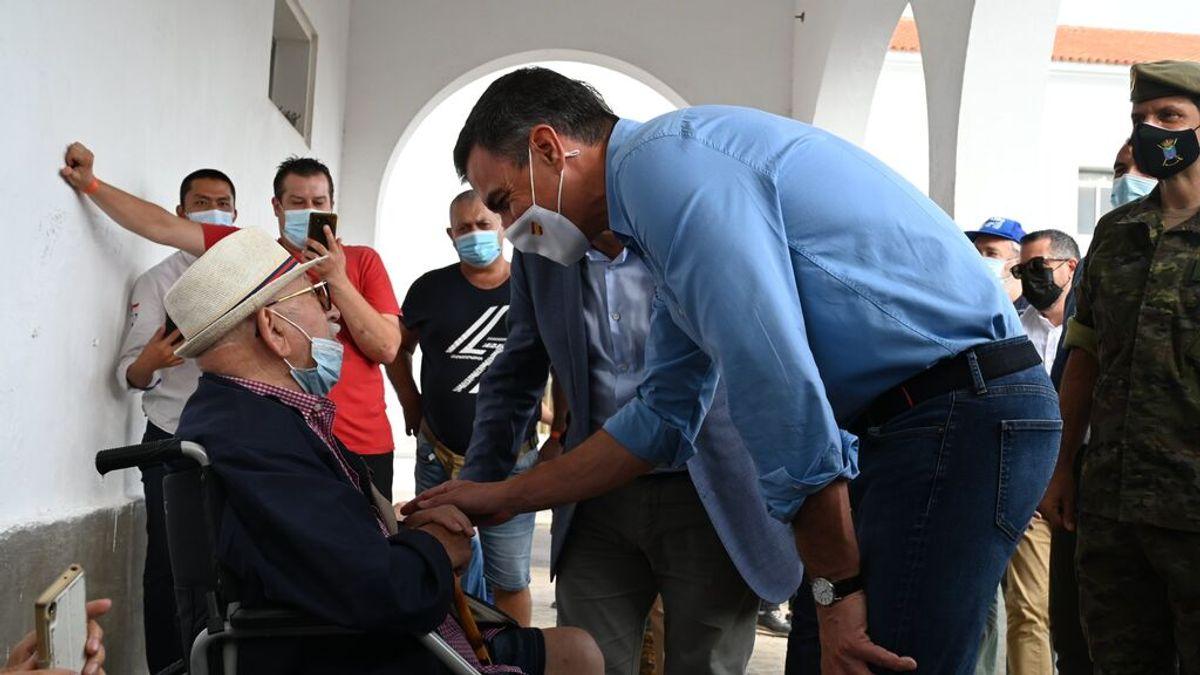 Sánchez visita a los evacuados por el volcán de La Palma y se compromete  con la recuperación de la zona