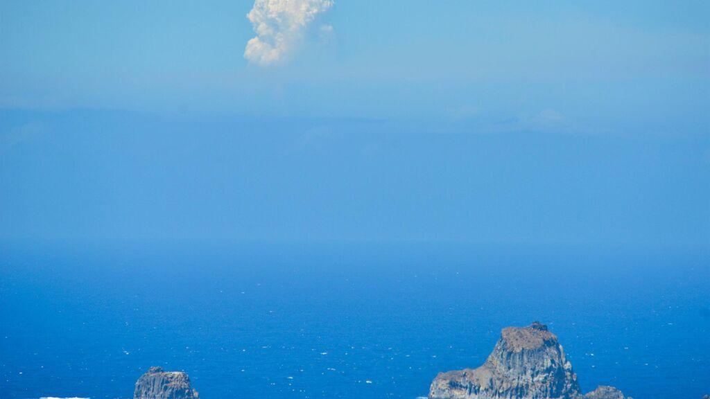 Vista del volcán desde otras islas