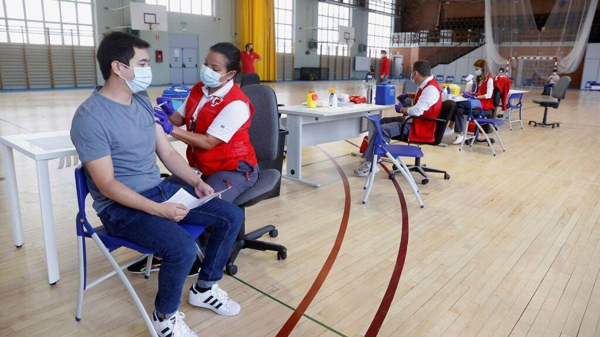 Un joven se vacuna en un centro de vacunación contra el covid