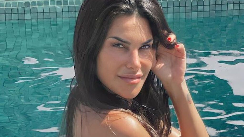 Así es el desnudo integral de Carla Barber en una piscina de Lanzarote