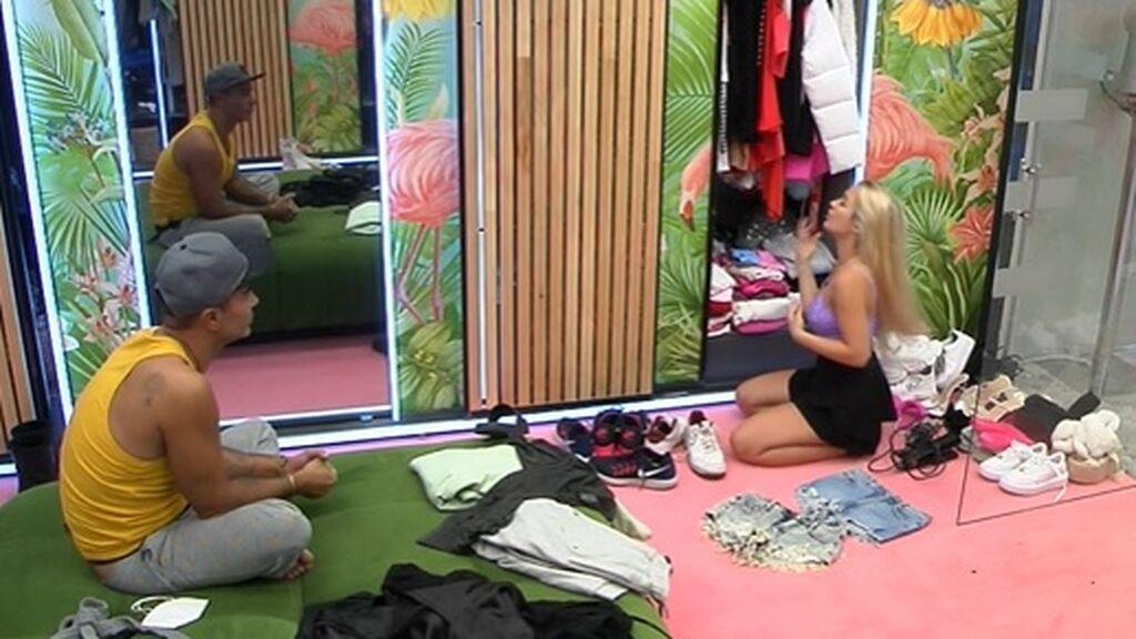 Luis ayuda a Emmy a vestirse