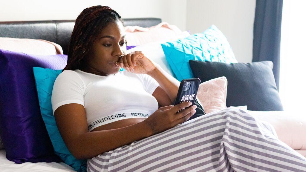 Chica hablando por el móvil