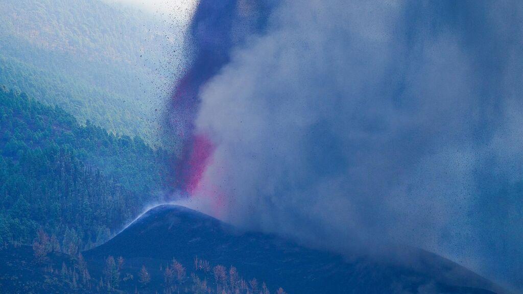 Vísta aérea de la lava recorriendo La Palma