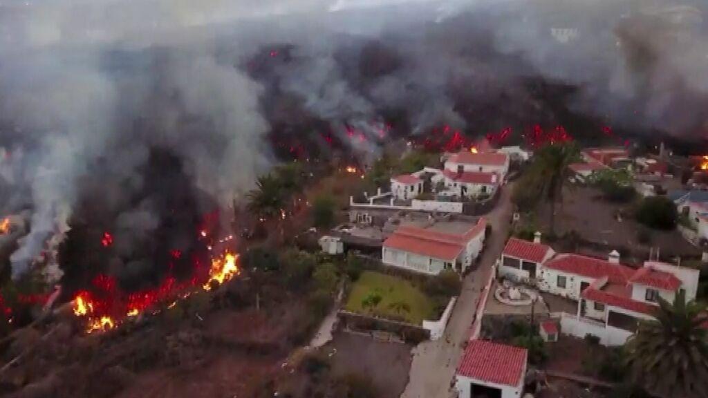 A vista de dron: la lava del volcán avanza engullendo todo a su paso