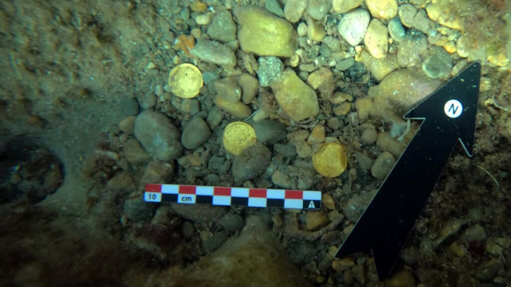Dos buceadores aficionados encuentran 53 monedas de oro de los siglos IV y V en el fondo marino de Alicante