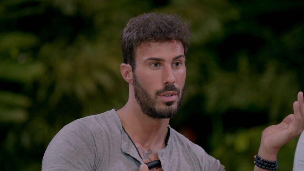 Alejandro descubre una posible infidelidad de Mayka con Pablo tras ver las primeras imágenes de Villa Playa