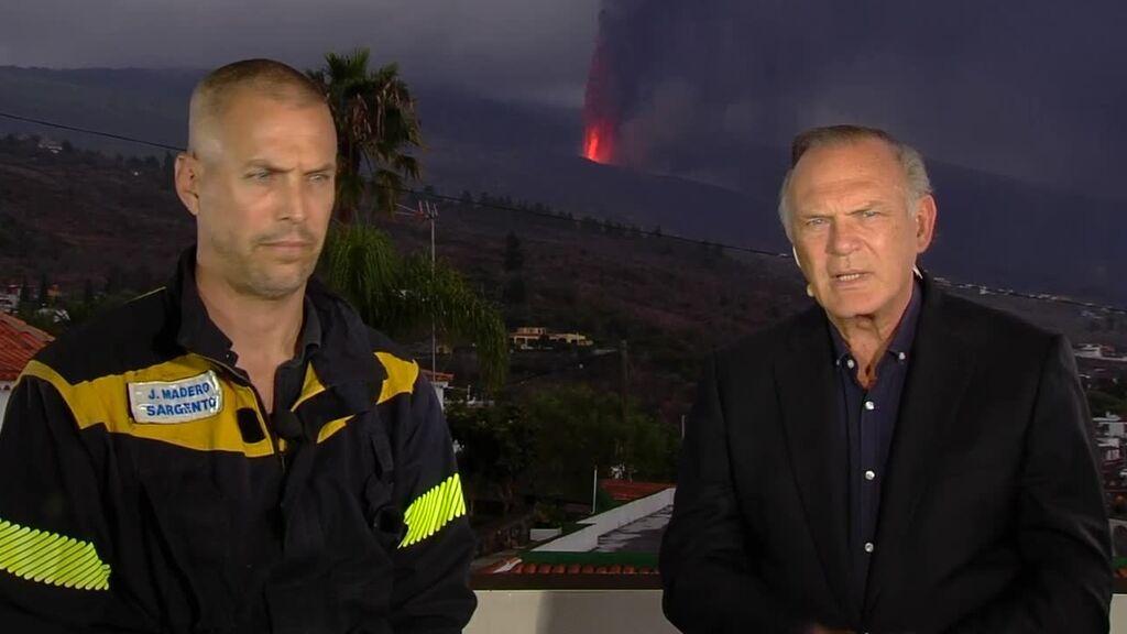 Jesús Moreno, bombero en Las Palmas cuenta a Pedro Piqueras los trabajos para intentar encauzar la lava en Todoque