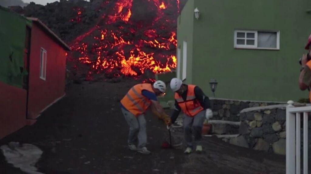 Los científicos controlan con sensores y toma de muestras el volcán de La Palma