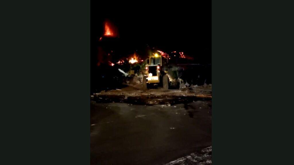 Los bomberos intentan con tractores encauzar la lava para salvar casas en TodoqueB
