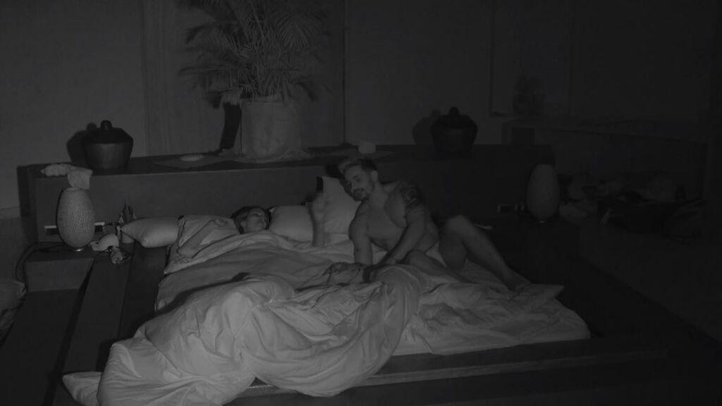 Andrea cambia a Óscar por Manuel: ¡su tonteo en la fiesta les lleva a dormir juntos!