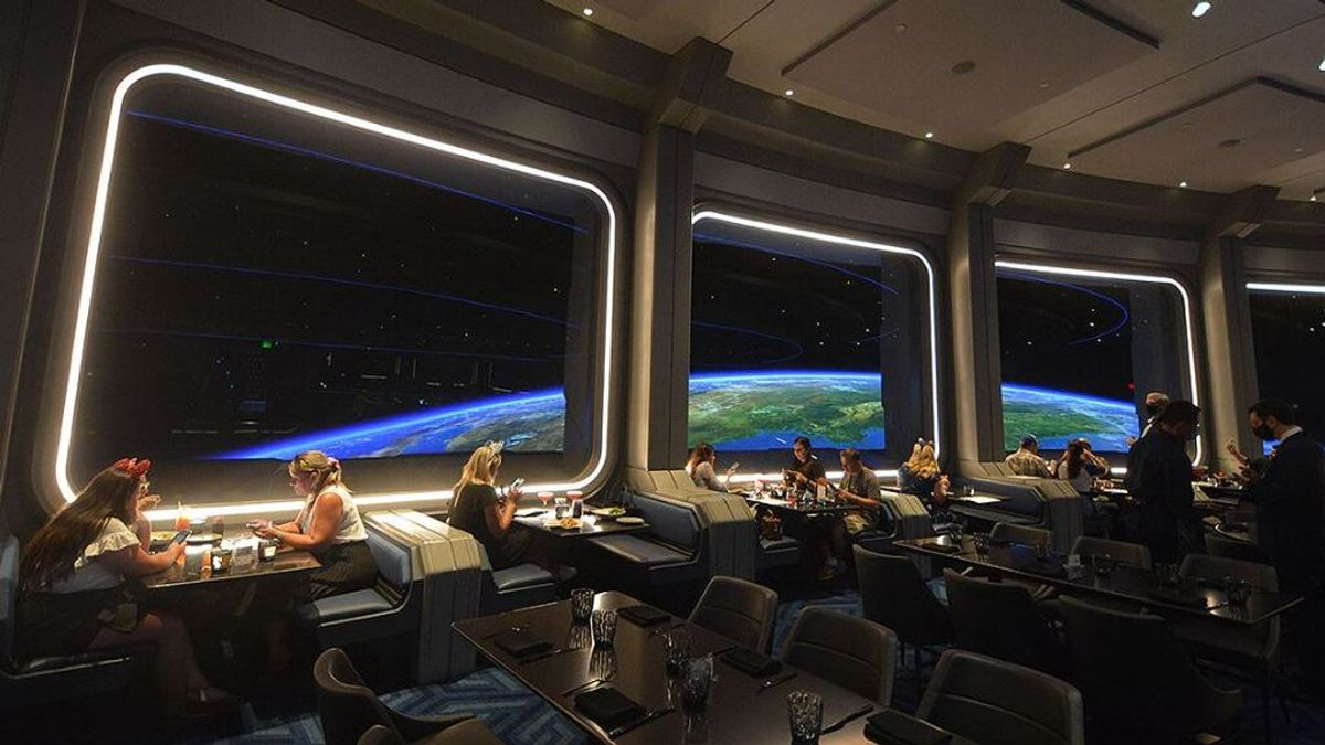 """Disney estrena Space 220, un restaurante con vistas a la Tierra y """"comida espacial"""""""