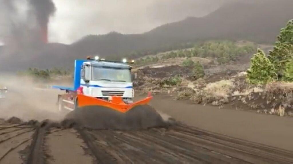 La ceniza cubre ya las calles de La Palma y llega hasta a 20 kilómetros del volcán