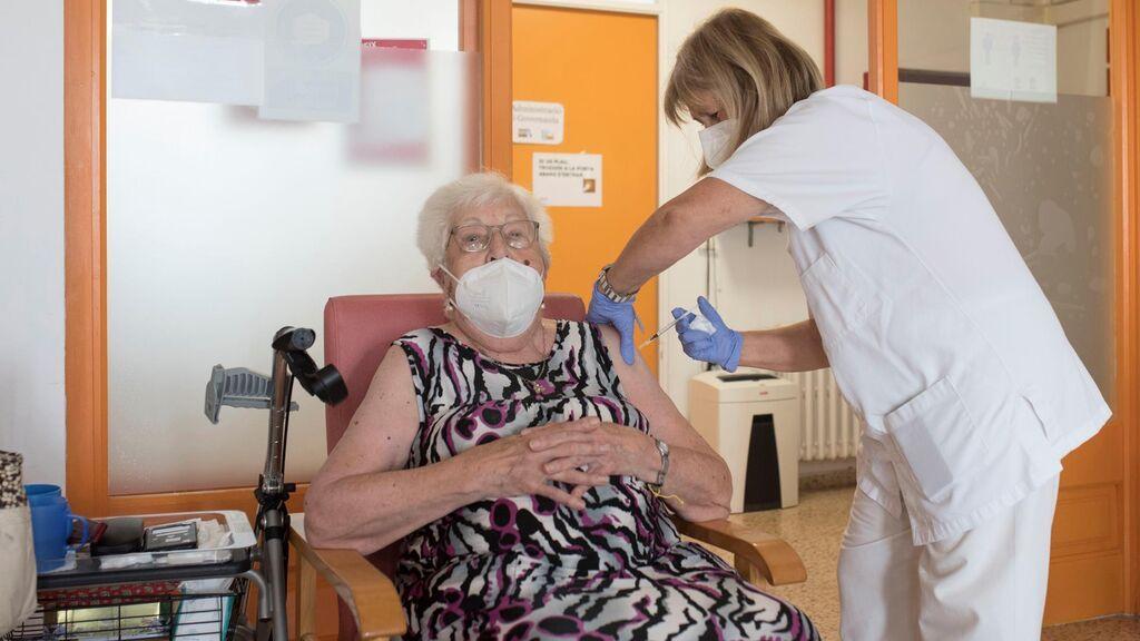 Una usuaria de una residencia en Mahón recibe la tercera dosis de la vacuna contra la covid-19