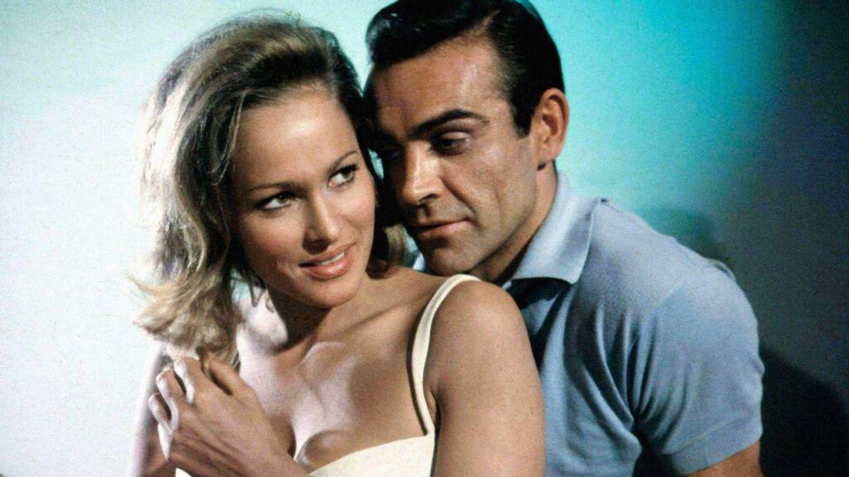 Ursula Andress y Sean Connery en 'Dr. No' (1962)