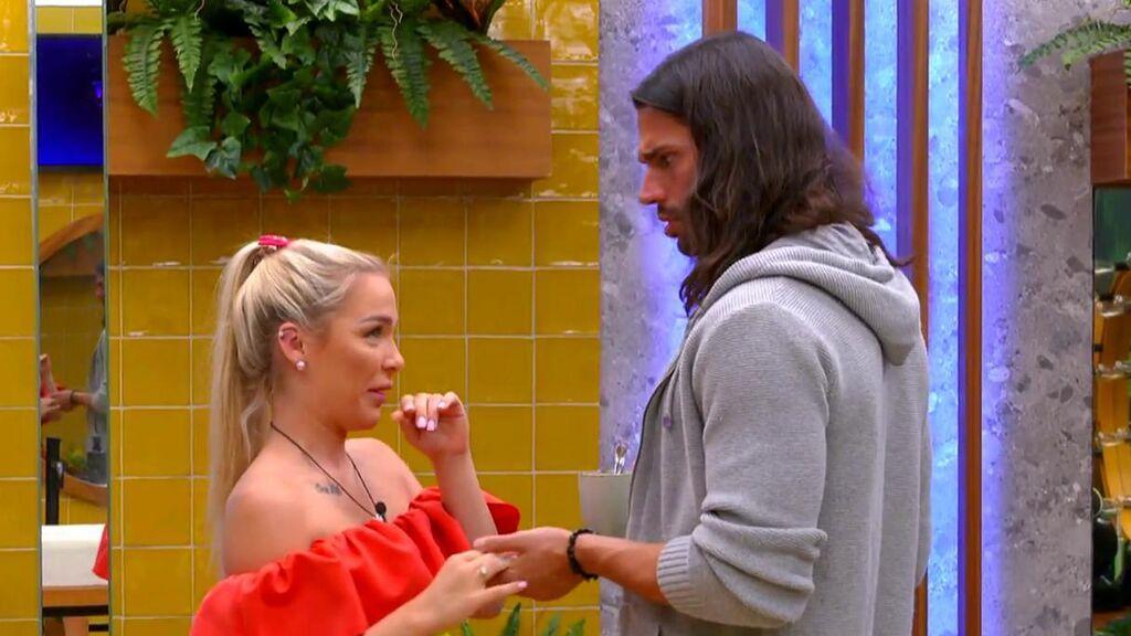 Emmy sigue de cerca el acercamiento de Luca y Cristina